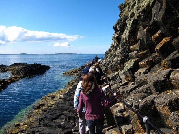 Интересные места у берегов Англии:  Фингалова Пещера на острове Стафф