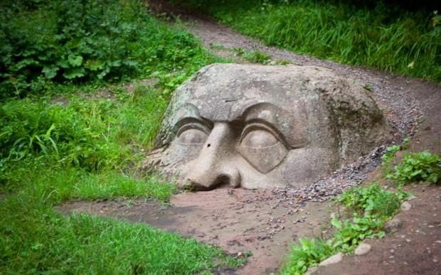 Мегалиты Санкт-Петербурга: каменная голова в Петергофе