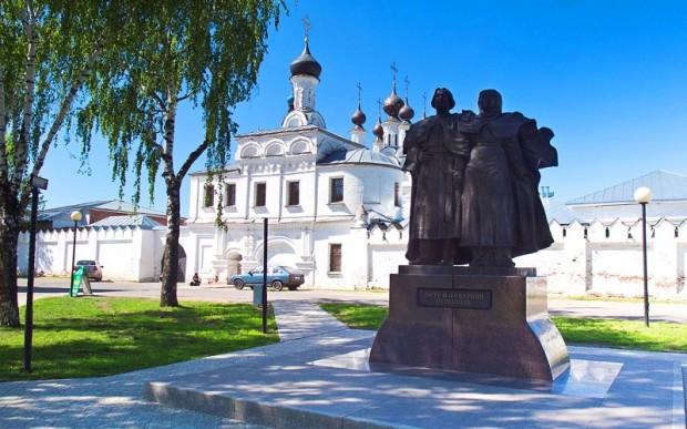 Благовещенский монастырь. Памятник Петру и Февронии