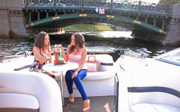Водные прогулки на катере по Санкт-Петербургу