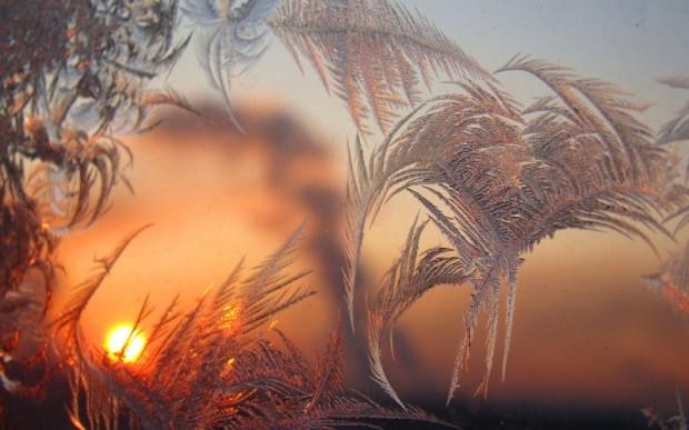 Волшебные зимние узоры на стекле