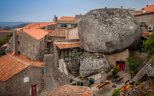 Город Флинстоунов в Португалии. Жизнь среди гигантских валунов