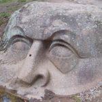Мегалиты Санкт-Петербурга: каменная голова в Петергофе (18 фото)