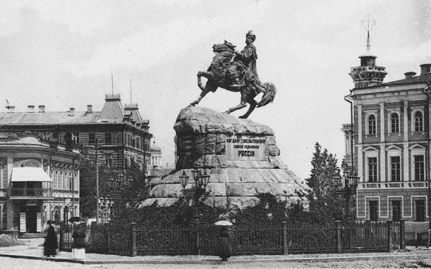 Памятник Богдану Хмельницкому с элементами полигональной кладки