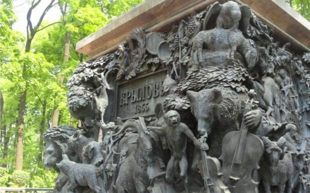 Памятник Крылову в Летнем саду Санкт-Петербурга